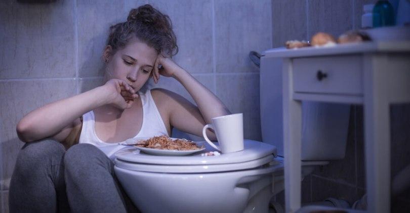 lány a wc-n az ebéddel