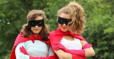 két lány szuperhős ruhában