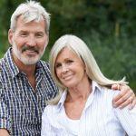 középkorú házaspár mosolyog