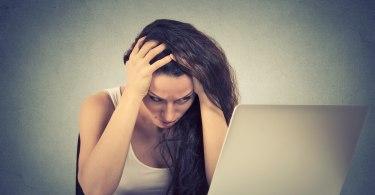 gondterhelt lány a laptop előtt