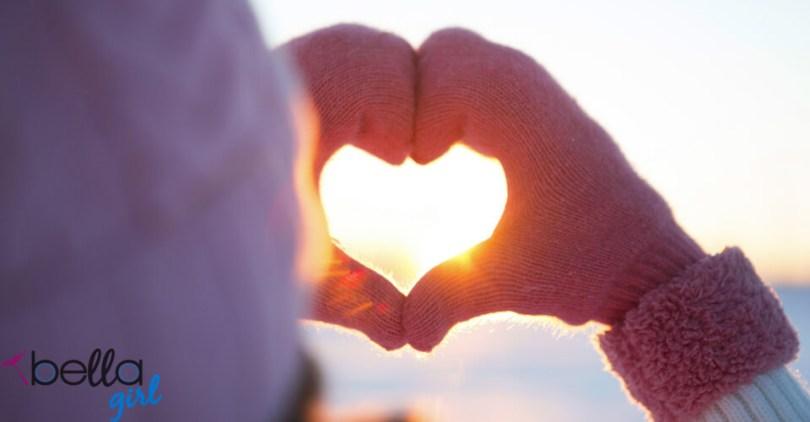 kesztyűt viselő kéz szívet formál