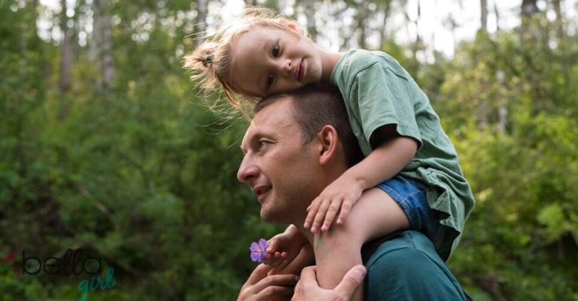 kislány apja nyakában ülve