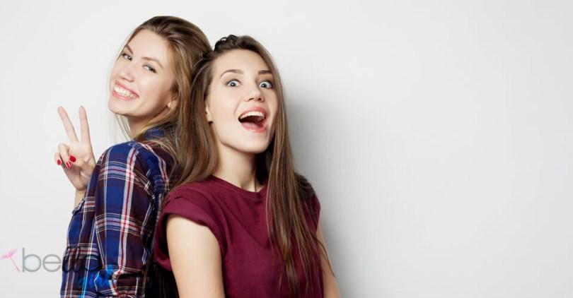 két mosolygós lány