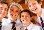négy diák iskolai egyenruhában