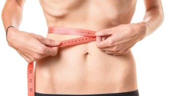 anorexiás lány méri a derékbőségét