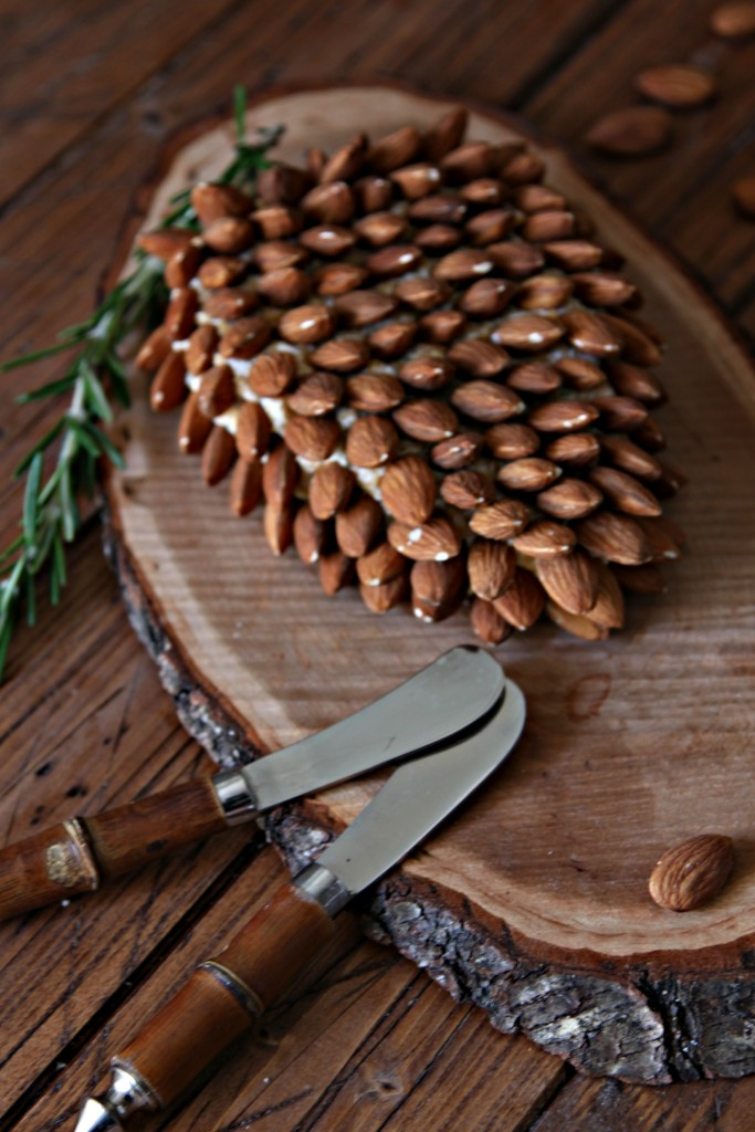 Pine Cone Shaped Holiday Cheese Ball  bell alimento