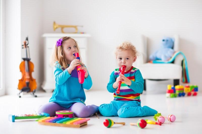 Свиренето на музикален инструмент и слушането на музика повишава детската интелигентност-bellamieblog