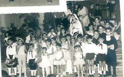 Actuació dels infants a l'escalinata de l'església de la Sta. Creu