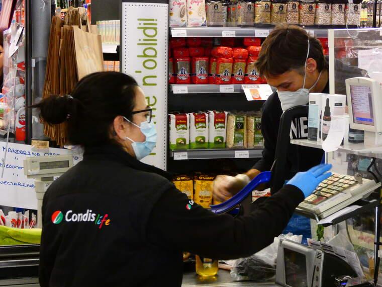 Un client fa una compra al supermercat Condis de Bellaterra durant l'estat d'alarma | Toni
