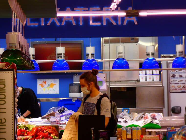 Un noi compra amb mascareta al supermercat Condis | Toni Alfaro