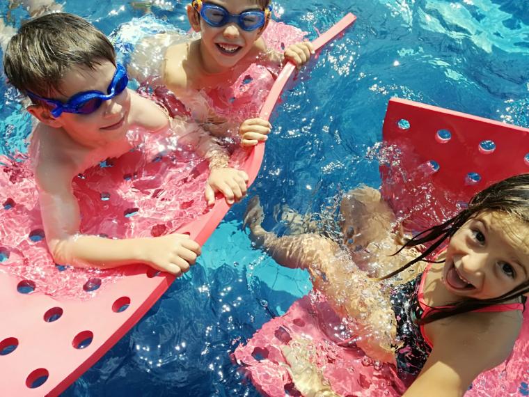 Infants gaudeixen de la piscina al Campus d'Estiu 2019 | Club Bellaterra