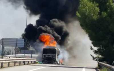 Incendi d'un camió carregat de benzina i gasoil a Terrassa