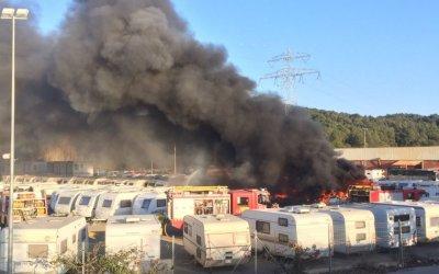 S'incendia un pàrquing de caravanes entre Cerdanyola i Sant Cugat