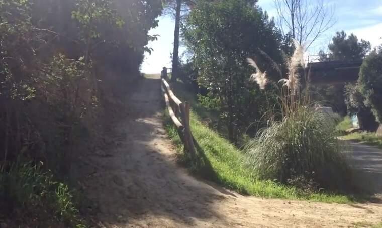 El túnel es troba just al costat de l'accés a la Via Verda des del Turó de Sant Pau
