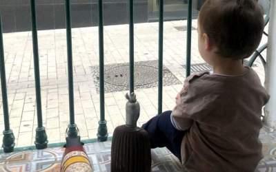 El govern espanyol rectifica i permet que els menors de 14 anys puguin passejar