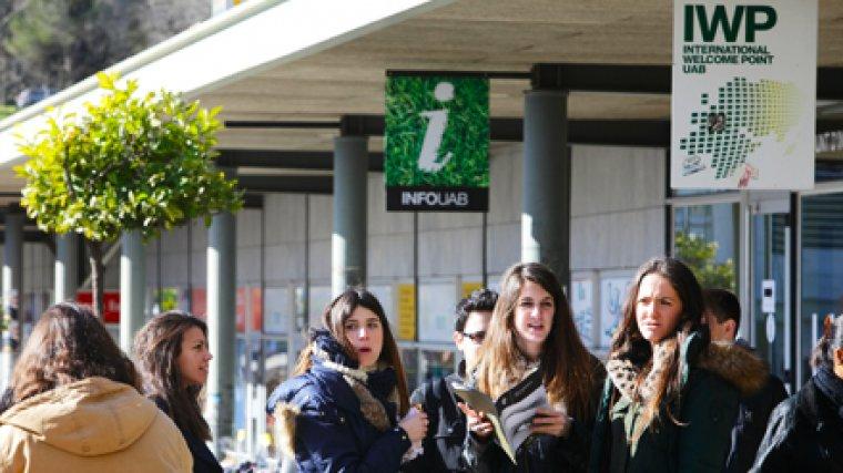 Estudiants de la UAB al International Welcome Point del campus universitari
