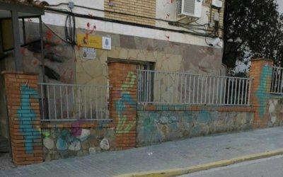 La comissaria de la Policia Nacional es lleva amb pintades de rebuig de La Forja