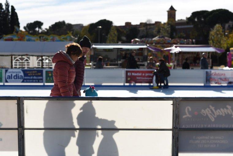 La pista de gel de l'Associació Cerdanyola Comerç i Serveis ja està instal·lada al Parc de Can Xarau.
