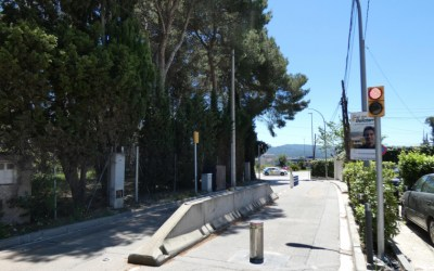 La pilona del Camí Antic, en reparació per un xoc