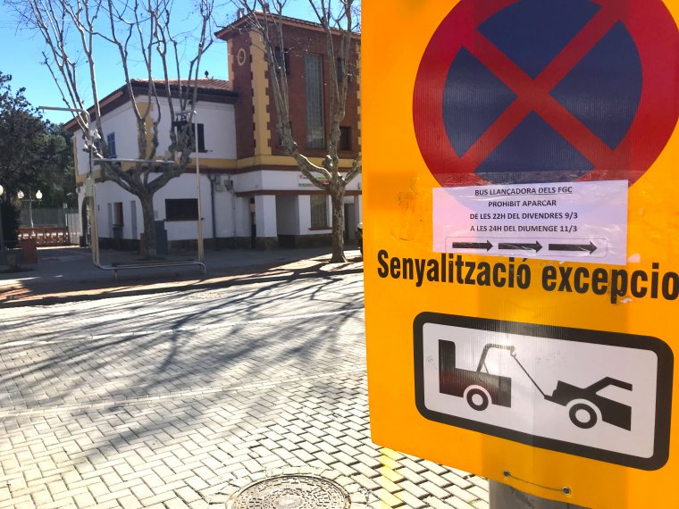 La senyalització per l'autobús que oferirà el servei i l'estació de Bellaterra al fons