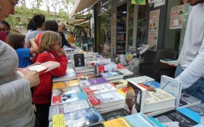 Els gremis de llibreters i floristes proposen el 23 de juliol per celebrar Sant Jordi