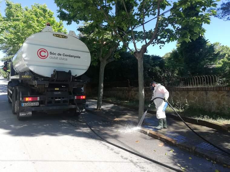 Operaris de l'Ajuntament de Cerdanyola desinfecten les voreres a l'avinguda Joan Fàbregas