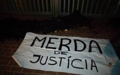 El CDR omple de brutícia la porta dels Jutjats sota el lema 'Merda de justícia'