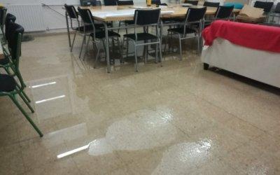 S'inunda part de l'escolaXarau per la ruptura d'una conducció d'aigua