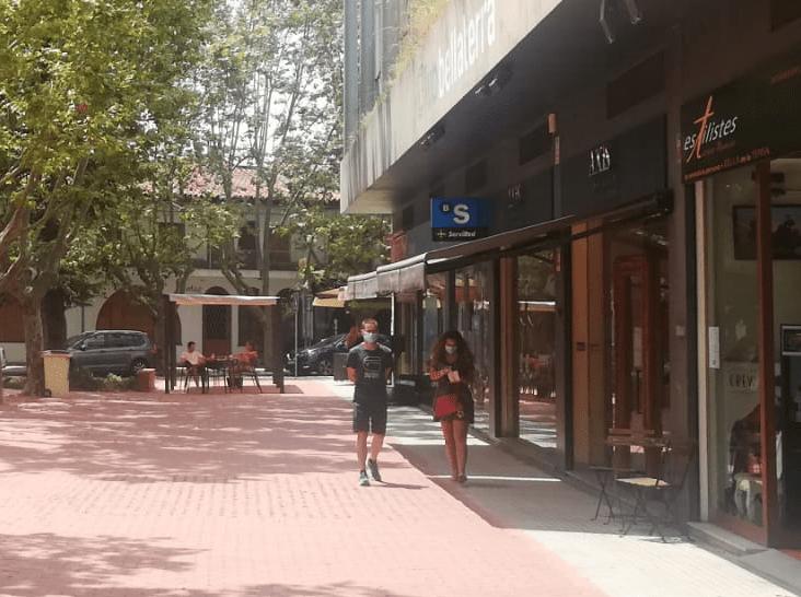 Dues persones amb mascareta a la plaça del Pi de Bellaterra | Toni Alfaro