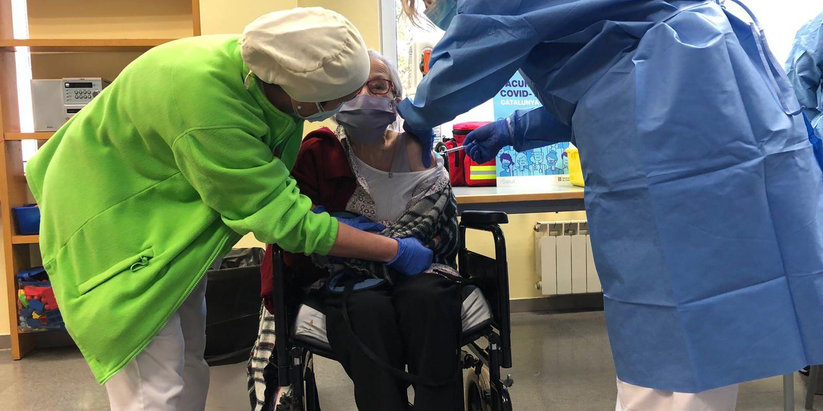 Moment de la vacunació a Remedios Blanco, de 100 anys | Cedida