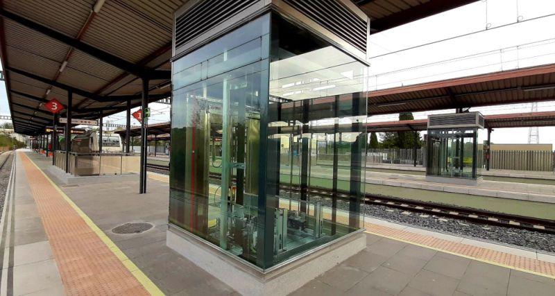 Un dels nous ascensors a l'estació de Cerdanyola Universitat   Renfe