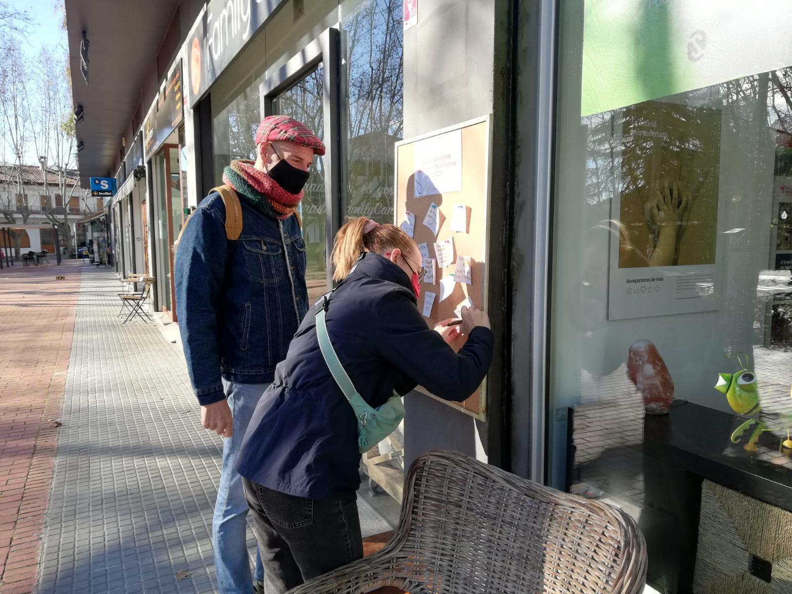 Els bellaterrencs han penjat els seus desitjos pel 2021 a un panell a la plaça del Pi | Redacció