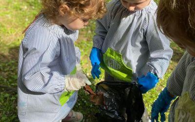 Infants de la Llar d'en Pitus recullen deixalles al parc de la Font de la Bonaigua