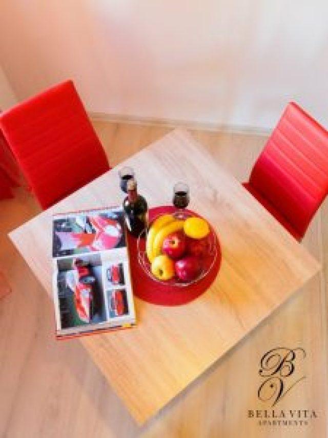 Маса за двама в едностаен луксозно обзаведен апартамент Благоевград мила