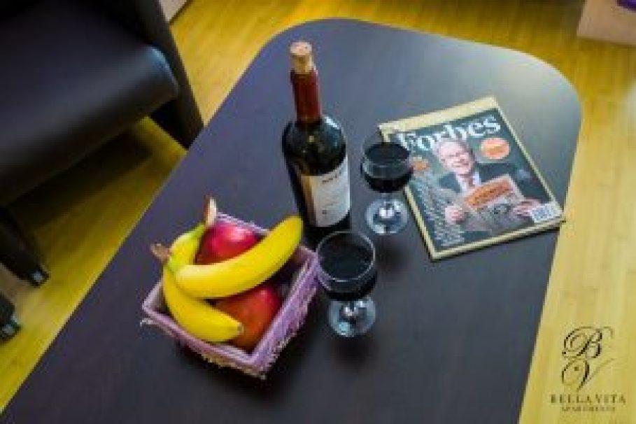Стилна трапезна маса в апартамент под наем Благоевград буда