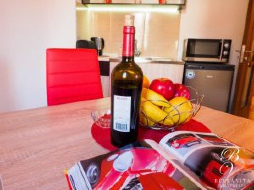 Стилна трапезна маса в апартамент под наем Благоевград мила