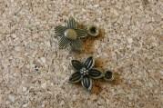 Petite fleur bronze dont les deux côtés sont jolis, 14x10mm