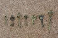 Clefs bronze, 7 modèles, grandeus variées entre 40x15mm et 23x8mm environ