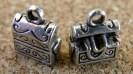 Coffre à trésors argenté, 9x10mm incluant l'anneau, le coffre tient à la verticale si désiré, tel que montré dans l'image ci-haut