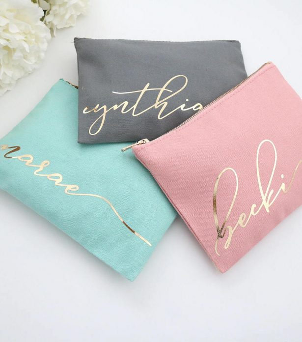 "Cosmetic bags - Fabulous Bridesmaid Gift Ideas Your Besties Will Love ""width ="" 615 ""height ="" 696 ""data-pin-description ="" Personalized Cosmetic bags - Fabulous Bridesmaid Gift Ideas Your Besties Will Love #bridesmaids #gifts ""srcset ="" https : //bellethemagazine.com/wp-content/uploads/2019/07/Cosmetic-bags-Fabulous-Bridesmaid-Gift-Ideas-Your-Besties-Will-Love178a-615x696.jpg 615w, https://bellethemagazine.com/ wp-content / uploads / 2019/07 / Cosmetic-bags-Fabulous-Bridesmaid-Gift-Ideas-Your-Besties-Will-Love178a-300x340.jpg 300w, https://bellethemagazine.com/wp-content/uploads/2019 /07/Cosmetic-bags-Fabulous-Bridesmaid-Gift-Ideas-Your-Besties-Will-Love178a-768x870.jpg 768w, https://bellethemagazine.com/wp-content/uploads/2019/07/Cosmetic-bags- Fabulous-Bridesmaid-Gift-Ideas-Your-Best-Will-Love178a.jpg 883w ""size ="" (max-width: 615px) 100vw, 615px ""data-jpibfi-post-excerpt ="" ""data-jpibfi-post-url = ""https://bellethemagazine.com/2019/07/fabulous-bridesmaid-gift-ideas-your-besties-will-love.html"" data-jp ibfi-post-title = ""Fabulous Bridesmaid Gift Ideas Your Besties Will Love"" /></a data-recalc-dims="