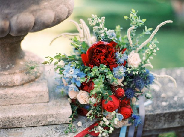 Red and blue wedding bouquet - Photography: The cablookfotolab