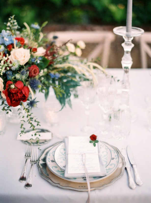 White Wedding table details with centerpiece and place setting - Photography: The cablookfotolab