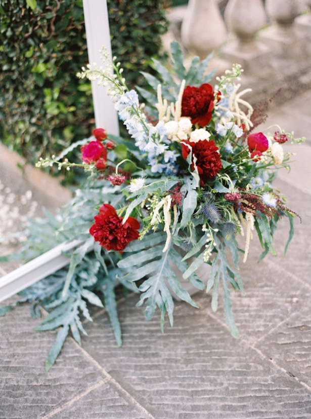 Red, blue and greenery wedding ceremony flowersn - Photography: The cablookfotolab