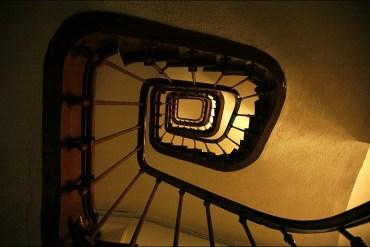 Agressée dans sa cage d'escalier, une jeune Parisienne enregistre l'échange