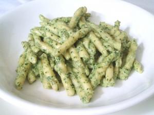 Strozzapreti al pesto di basilico e zucchine