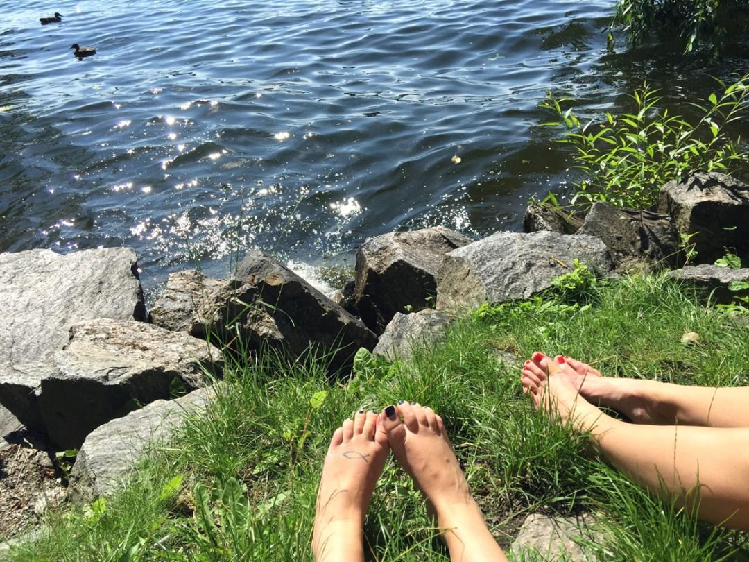 soder-waterfront-feet