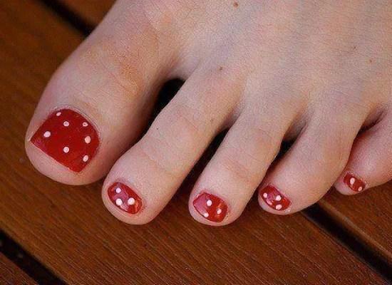 decorar-unas-pies-2014-uñas-pies-lunares-blancos