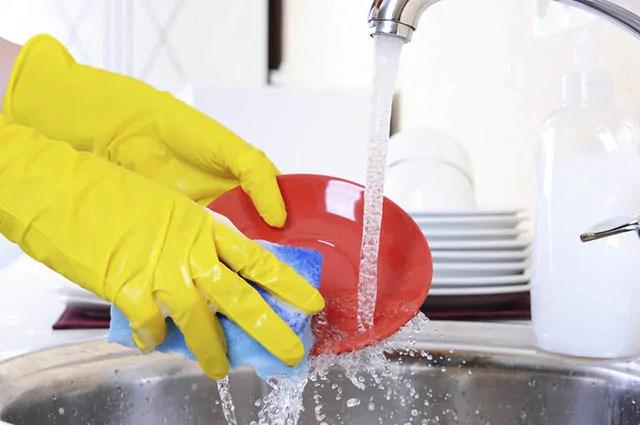 Inicie a lavagem da louça pelas panelas, caçarolas, vasinhas e formas