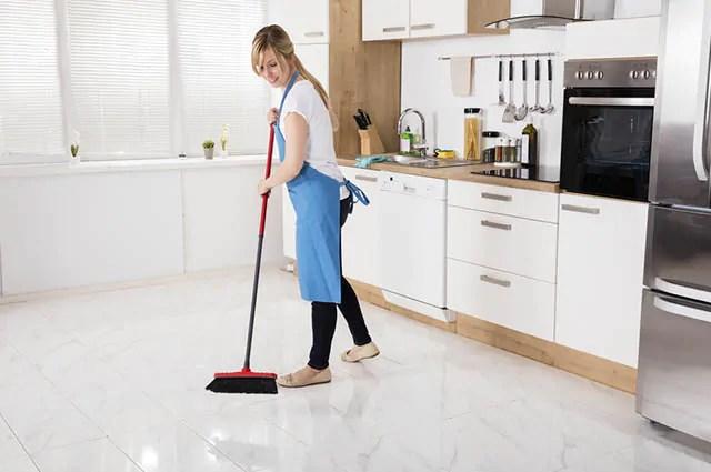 Limpar a cozinha rápido encerra o processo na higienização do piso