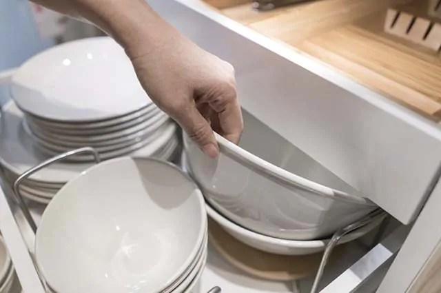 Prra limpar a cozinha rápido, é preciso guardar no armário batedeira, liquidificador e afins